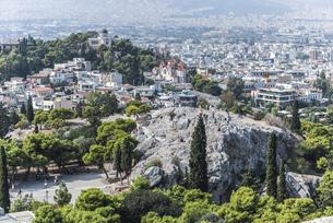 アクロポリスの丘よりアレオパゴスの丘とアテネ市街地を望むの写真素材 [FYI04107205]