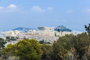フィロパポスの丘より樹木越しにアクロポリス古代遺跡とリカヴィトスの丘を望むの写真素材 [FYI04107214]