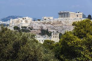 フィロパポスの丘より樹木越しにアクロポリス古代遺跡を望むの写真素材 [FYI04107215]
