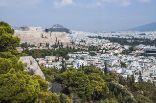 フィロパポスの丘よりリカヴィトスの丘とパルテノン神殿を望むの写真素材 [FYI04107216]
