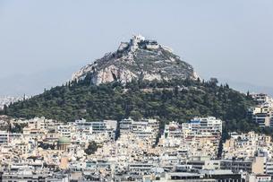 アクロポリスの丘よりアテネ市街地とリカヴィトスの丘を見るの写真素材 [FYI04107225]