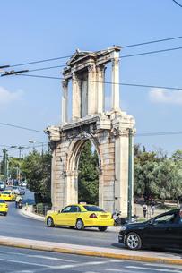 メイン通りに面して建つハドリアヌスの門風景の写真素材 [FYI04107234]