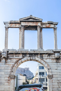 ハドリアヌスの門アーチ越しにアクロポリス展望台を望むの写真素材 [FYI04107235]