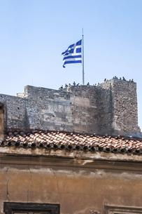 アクロポリス展望台に立つギリシャ国旗を見上げるの写真素材 [FYI04107243]
