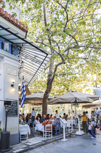 アテネプラカ地区のレストラン風景の写真素材 [FYI04107244]