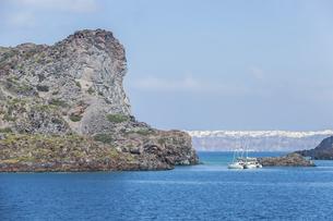崖越しに霞むサントリーニ島街並みを見るの写真素材 [FYI04107255]