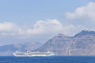 サントリーニ島の断崖を背景に停泊中の大型クルーズ船を見るの写真素材 [FYI04107256]