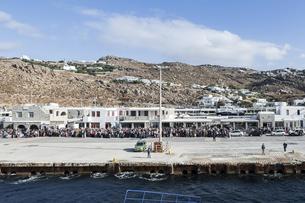 ミコノス島フェリーターミナルで乗船を待つ大勢の人々の写真素材 [FYI04107257]