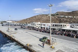 ミコノス島フェリーターミナルで乗船を待つ大勢の人々の写真素材 [FYI04107258]