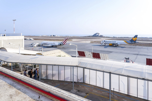 サントリーニ空港駐機中の航空機を見る風景の写真素材 [FYI04107272]