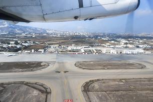 サントリーニ空港滑走路と町並みを見る風景の写真素材 [FYI04107273]