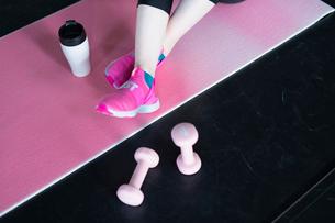 スポーツウェアを着た女性の足元の写真素材 [FYI04107338]