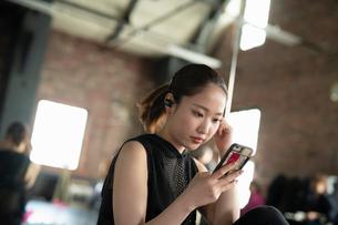 スマートフォンで音楽を聞く女性の写真素材 [FYI04107348]