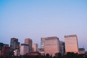 夕暮れの東京丸の内のビル群の写真素材 [FYI04107564]
