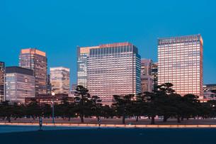 夕暮れの東京丸の内のビル群の写真素材 [FYI04107568]