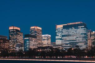 夜の東京丸の内のビル群の写真素材 [FYI04107593]