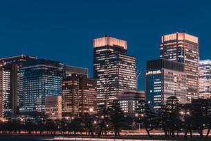 夜の東京丸の内のビル群の写真素材 [FYI04107610]