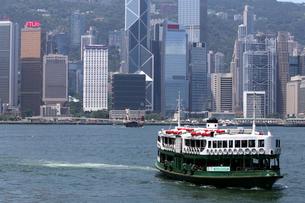 香港・ビクトリア湾を航行するスターフェリー。香港島と九龍半島の間で英国植民地時代から運行されている。の写真素材 [FYI04107644]