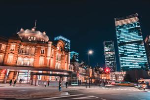 夜の東京駅と丸の内のビル群の写真素材 [FYI04107646]