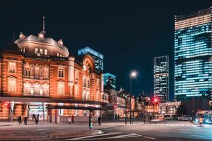 夜の東京駅と丸の内のビル群の写真素材 [FYI04107647]