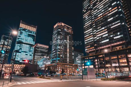 夜の東京丸の内のビル群の写真素材 [FYI04107649]