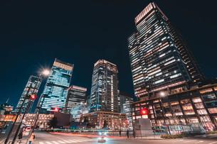 夜の東京丸の内のビル群の写真素材 [FYI04107651]