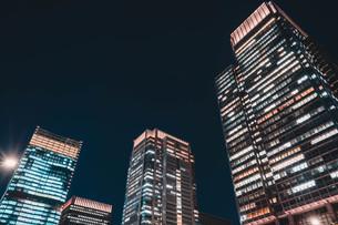 夜の東京丸の内のビル群の写真素材 [FYI04107652]