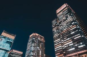 夜の東京丸の内のビル群の写真素材 [FYI04107653]
