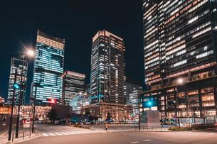 夜の東京丸の内のビル群の写真素材 [FYI04107654]