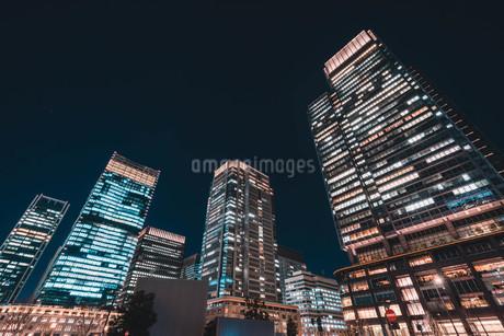 夜の東京丸の内のビル群の写真素材 [FYI04107655]
