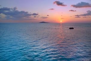 宮古島の朝焼けの写真素材 [FYI04107892]