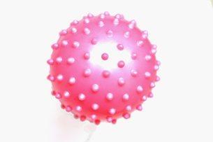 コロナウイルス(イメージ素材)のようなゴムボール(単体)の写真素材 [FYI04107922]