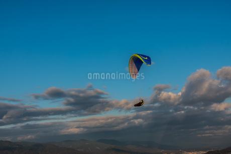 青空の中のパラグライダーの写真素材 [FYI04107980]