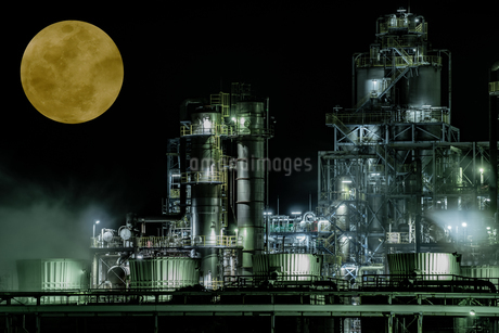 Industrial zone illuminated by moonlit nightの写真素材 [FYI04107982]