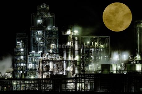 Industrial zone illuminated by moonlit nightの写真素材 [FYI04107983]