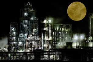 Industrial zone illuminated by moonlit nightの写真素材 [FYI04107983]