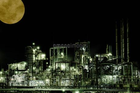 Industrial zone illuminated by moonlit nightの写真素材 [FYI04107984]
