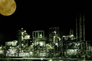 Industrial zone illuminated by moonlit nightの写真素材 [FYI04107984]