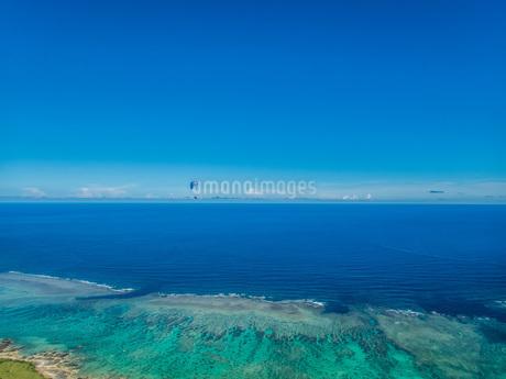 水平線を飛ぶパラグライダーの写真素材 [FYI04107987]