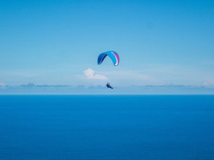 水平線とパラグライダーの写真素材 [FYI04107988]