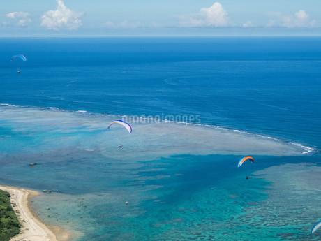 海の上のパラグライダーの写真素材 [FYI04107989]