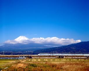 旧型車両0系の東海道新幹線と富士山の写真素材 [FYI04108085]