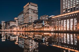 夜の東京丸の内のビル群の写真素材 [FYI04108566]