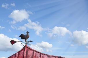 光の美しい青空と雲と風見鶏の写真素材 [FYI04108596]