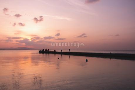 竹富島西桟橋夕景の写真素材 [FYI04108896]