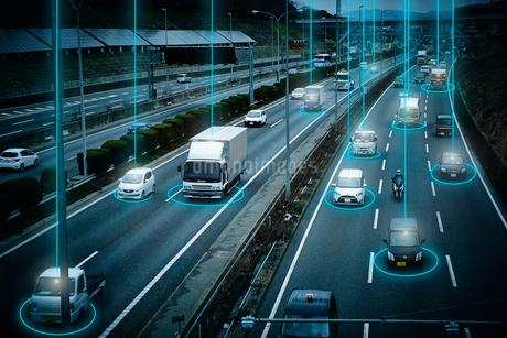 GPSで現在位置を捕らえている高速道路を走る多くの車の写真素材 [FYI04108915]