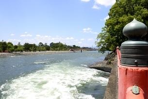 新緑,宇治川上流に架かる観流橋の写真素材 [FYI04108952]