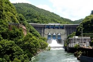 新緑,放水の天ケ瀬ダムの写真素材 [FYI04108955]