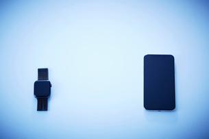 テーブル上のスマホとスマートウォッチの写真素材 [FYI04108998]