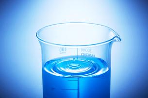 青い液体の入ったビーカーの波紋の写真素材 [FYI04109022]